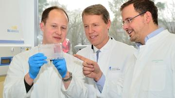 In the lab: Prof Gunther Hartmann (center), Prof Winfried Barchet (right) and Dr. Thomas Zillinger (left) from the ImmunoSensation cluster of excellence at the University of Bonn.